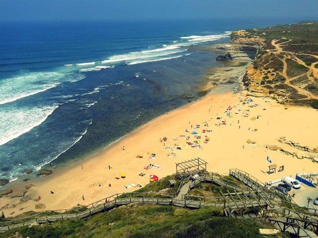 Praia da Ribeira d'Ilhas em Portugal