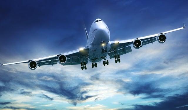 Avião no céu durante voo