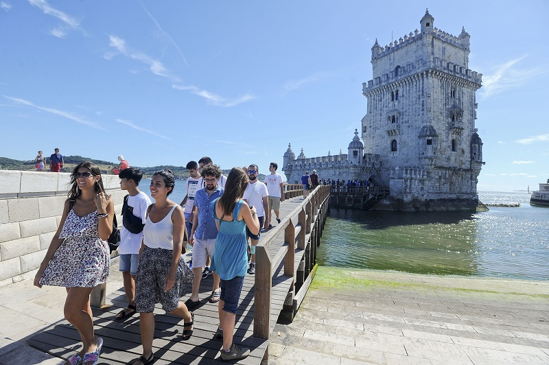 Turistas visitando a Torre de Belém em Lisboa