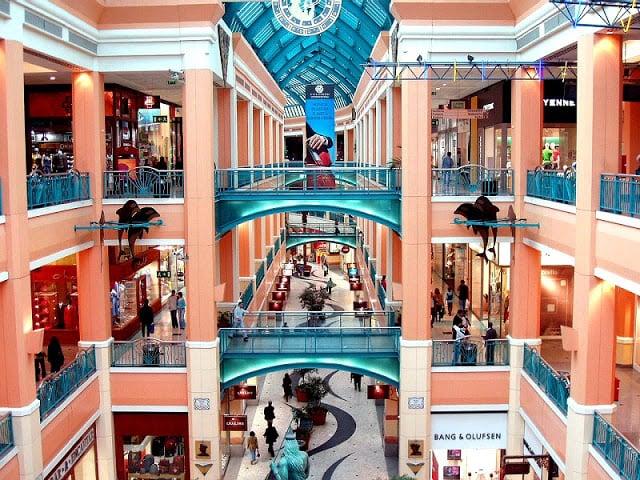 Vista do interior do Centro Comercial Colombo em Lisboa