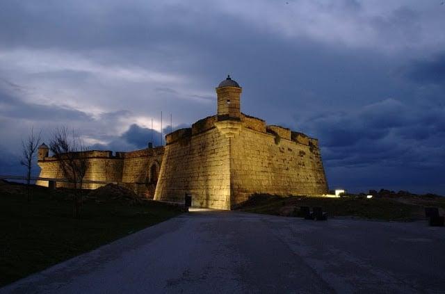 Castelo do Queijo iluminado à noite