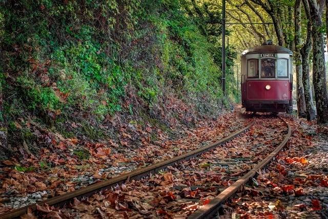 Elétrico de Sintra que vai até à Praia das Maçãs