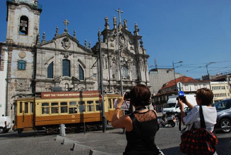 Turistas tirando foto em Porto