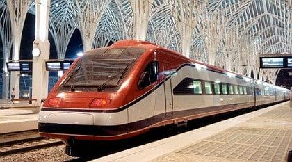 Trem Alfapendular na Estação Oriente em Lisboa