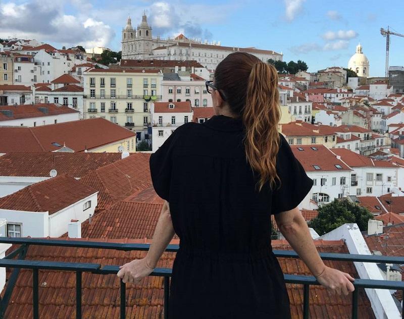 Turista apreciando vista de Lisboa em Portugal