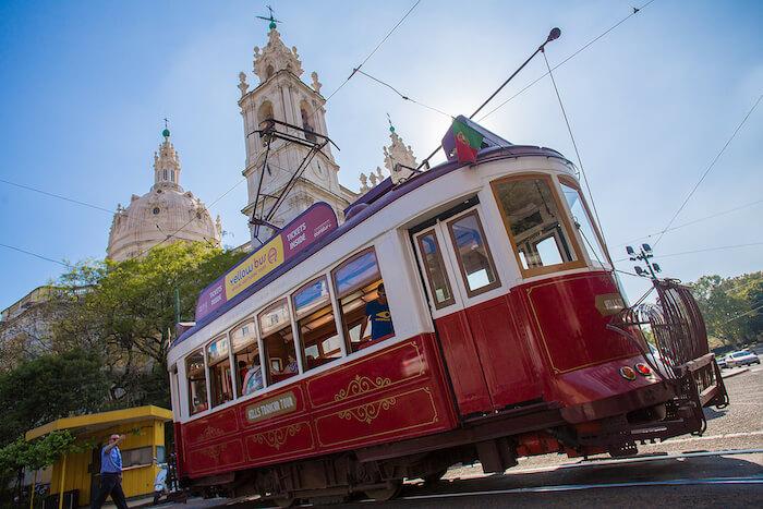 Elétrico Vermelho na Basílica da Estrela em Lisboa