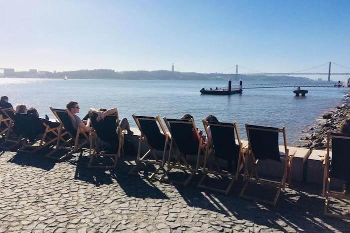 Espreguiçadeiras na Ribeira das Naus em Lisboa