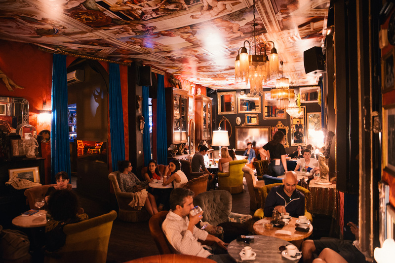 Clientes no bar Pensão do Amor em Lisboa