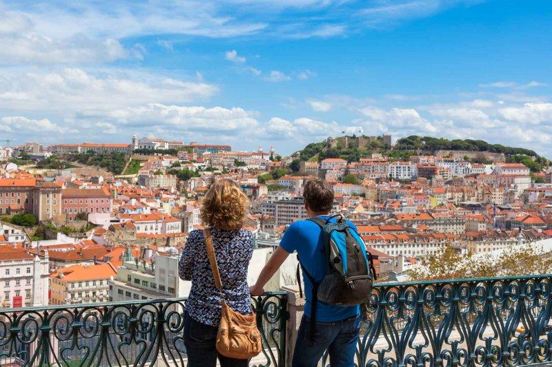 Turistas apreciando vista de Lisboa