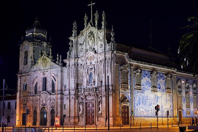 Igreja do Carmo iluminada durante a noite
