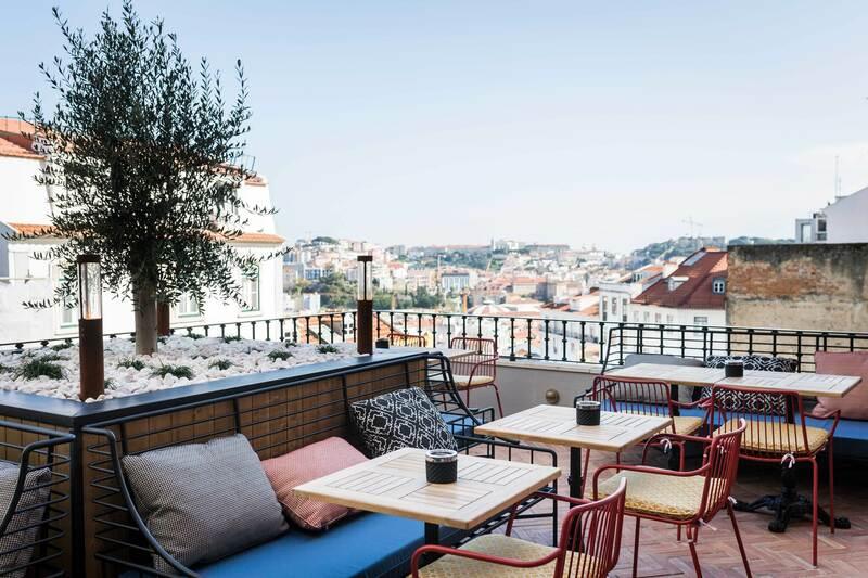 Mesas no terraço do Jamie's Italian no Príncipe Real em Lisboa