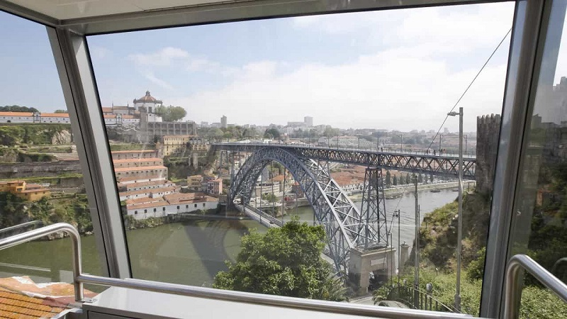 Interior do Funicular Guindais no Porto