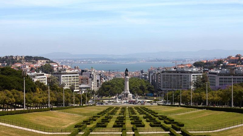 Jardim e monumento na Avenida da Liberdade em Lisboa