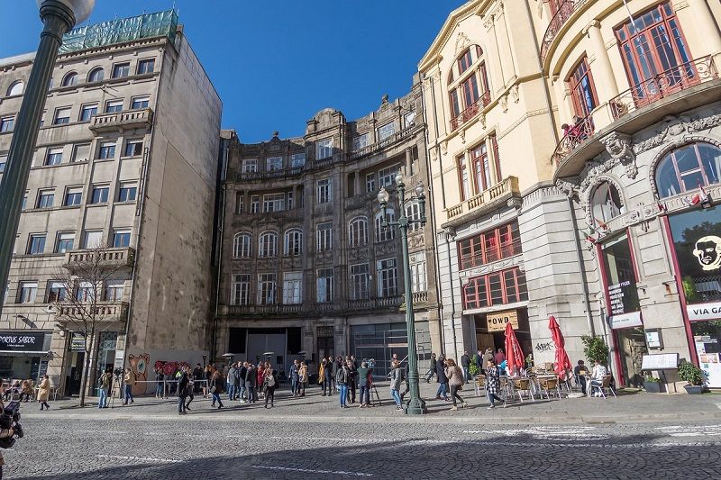 Pessoas passeando pela Avenida dos Aliados no Porto