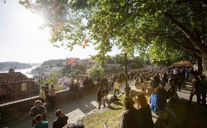 Pessoas no Jardim das Virtudes no Porto