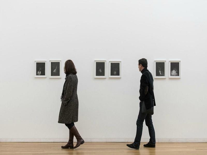 Visitantes no Obra no interior do Exposição no Museu de Arte Contemporânea de Serralves no Porto