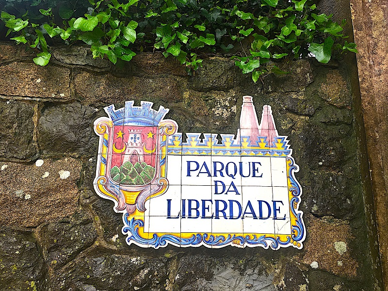 Placa indicando Parque da Liberdade em Sintra