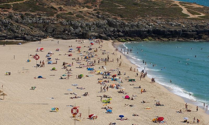 Visitantes da Praia da Foz do Lizandro em Sintra