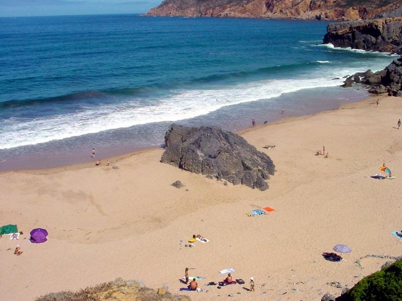 Visitantes na Praia do Abano em Sintra