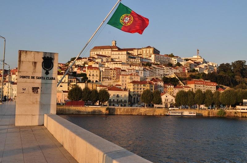 Bandeira de Portugal e cidade de Coimbra