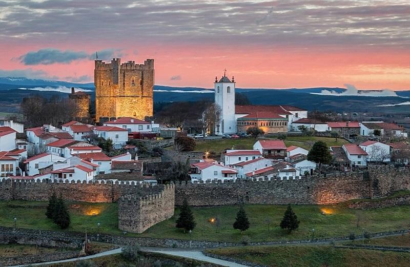 Cidade de Bragança e Sol se pondo ao fundo