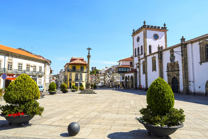 Praça de Bragança com vasos de plantas