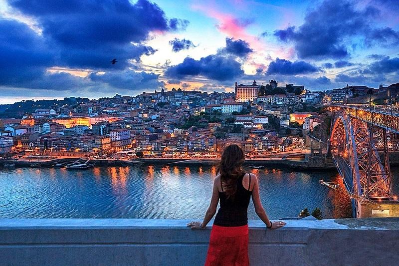 Visitante apreciando cidade do Porto