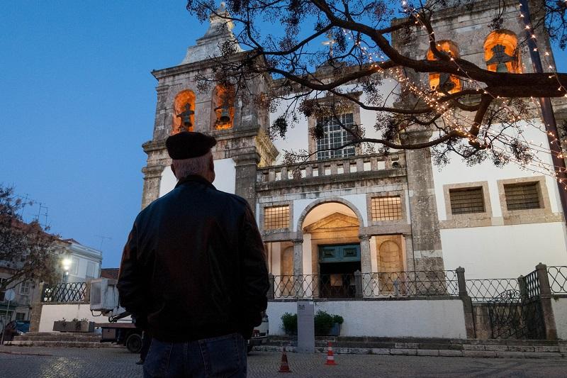 Homem na frente da Igreja de Santa Maria da Graça em Setúbal