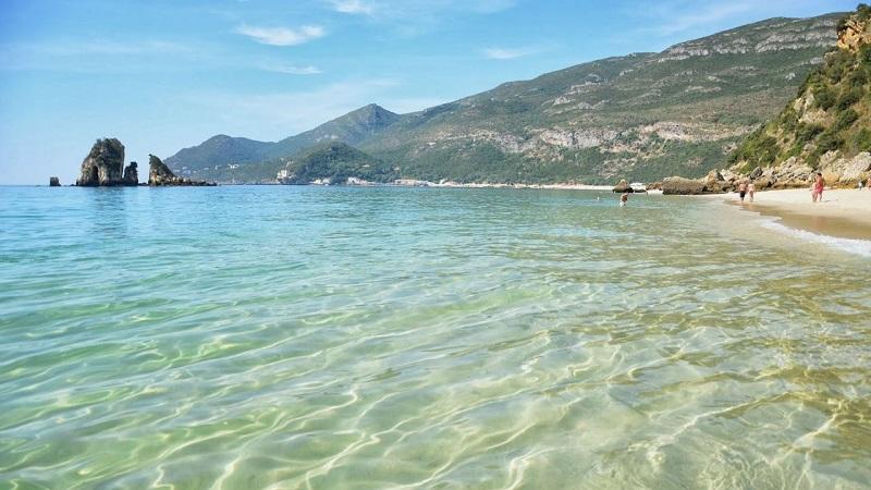 Mar da praia Portinho da Arrábida em Setúbal