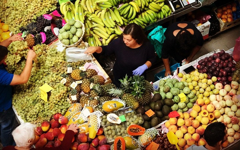 Frutas sendo vendidas no Mercado do Livramento em Setúbal