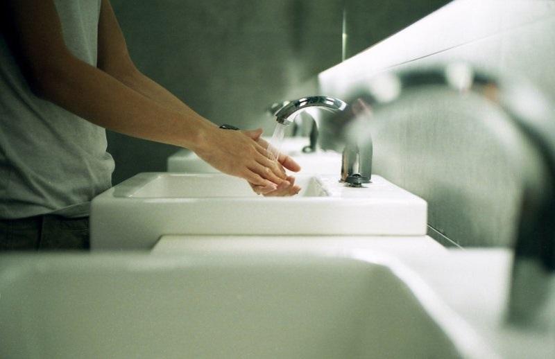 Pessoa lavando as mãos