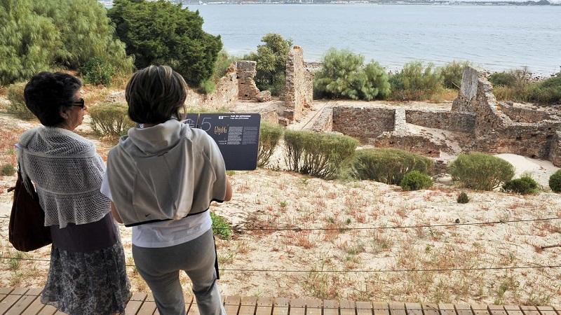 Visitantes nas Ruínas Romanas de Tróia em Setúbal