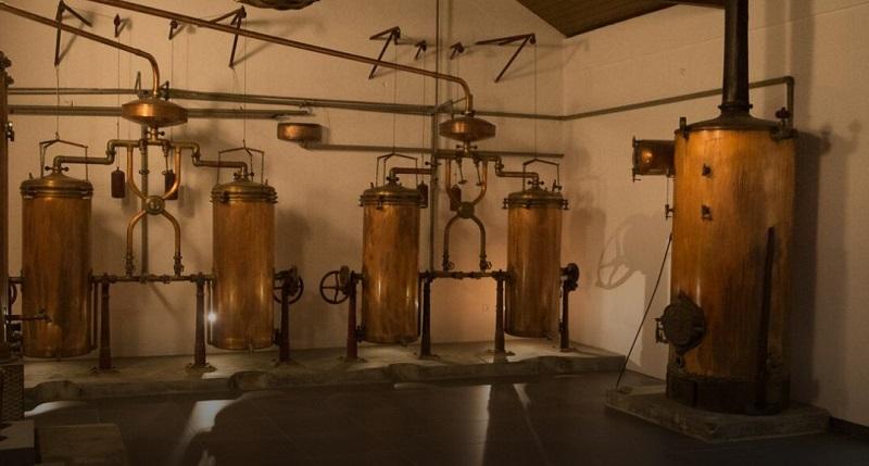 Máquinas de produção de vinho na vinícola Casa Ermelinda Freitas em Setúbal