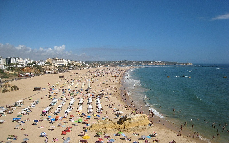 Pessoas na Praia da Rocha em Portimão