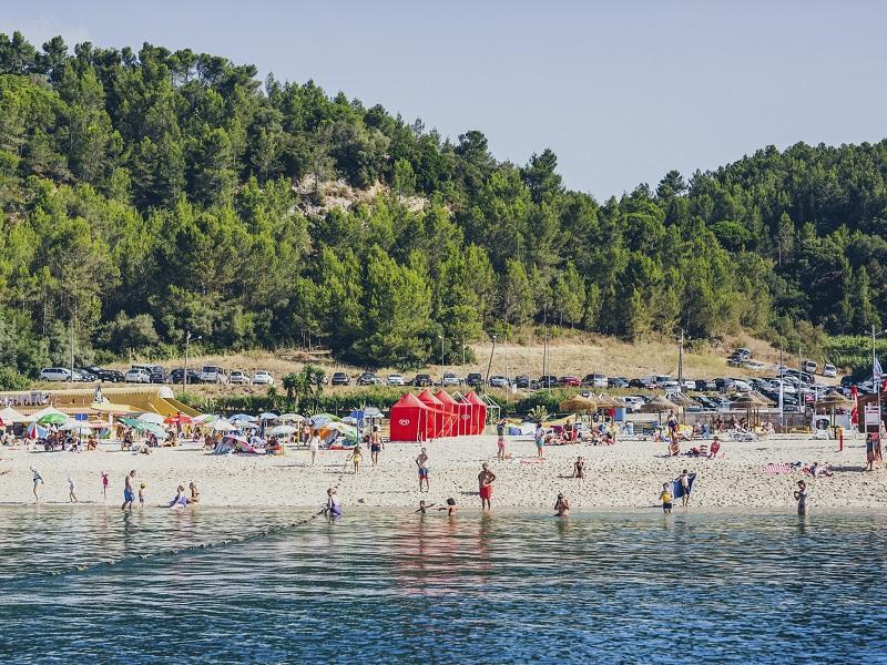 Visitantes na Praia de Albarquel em Setúbal